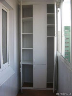 Шкаф для балкона встроенный двухстворчатый белый с антресоль.